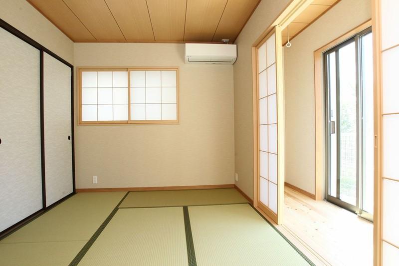 リビング空間は約15帖の無垢材を使用したLDKと、そこに約12帖の和紙畳の空間が続き、さらに南側にはお縁も配置しました。春になると、南側の大きな窓から満開の桜をお花見することができますねo(^-^)o 和室